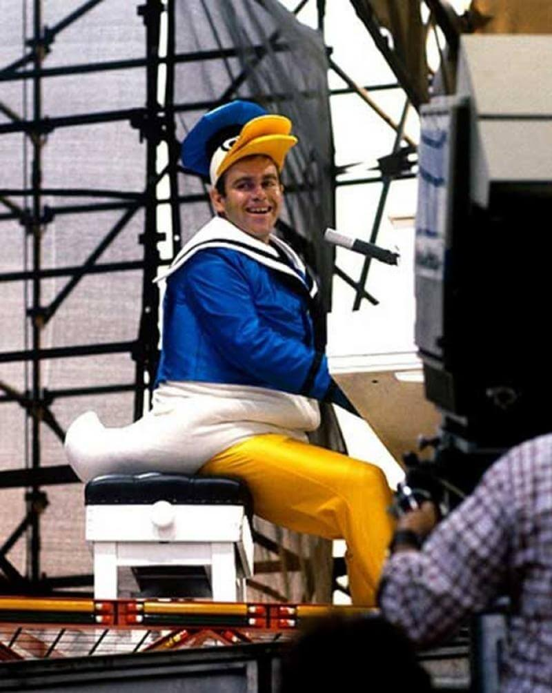 10843610-R3L8T8D-650-Elton-John-performing-in-New-York-Citys-Central-Park-dressed-as-Donald-Duck-1980 (1)