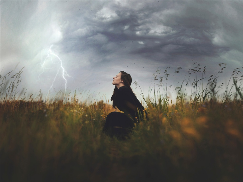 Nature-storm-clouds-girl-grass-lightning_1024x768