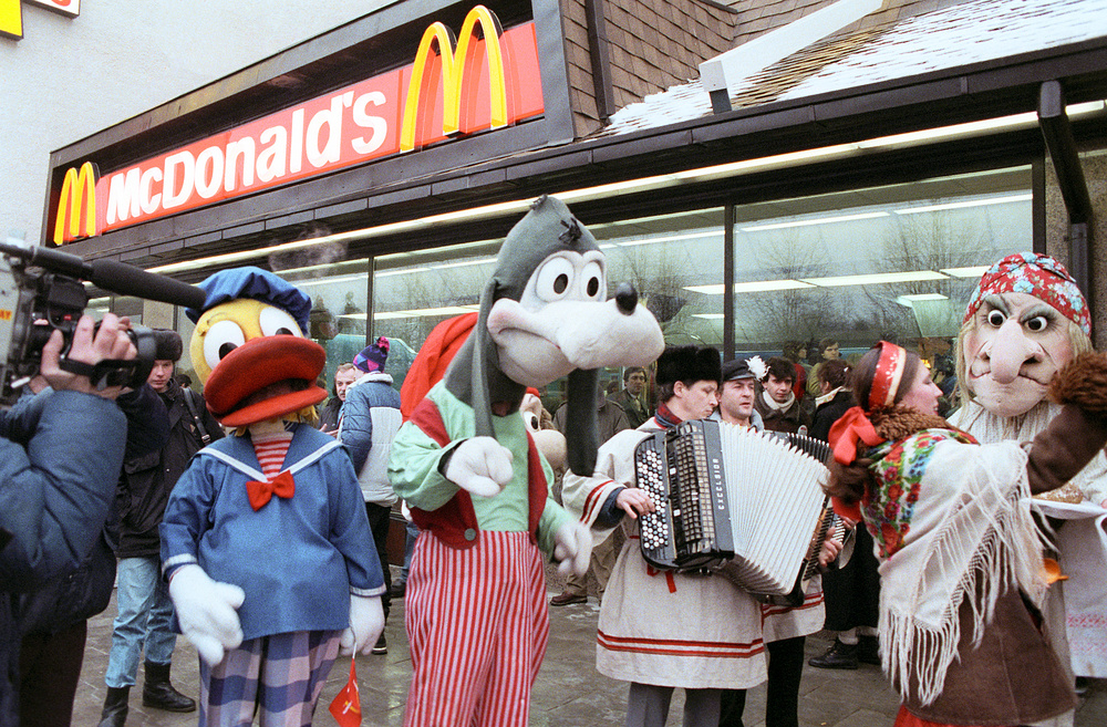 McDonalds opening its first restaurant in Moscow, 1990