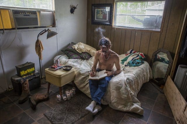 59d63c7c45381-Photographs-shows-in-contest-people-from-different-parts-of-the-USA-in-their-rooms-59d22e93c6699__700