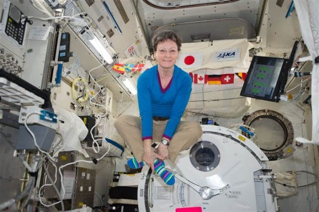 peggy_whitson_floating_in_iss_300b1e24699d5924d1ffa325b42f30d0.today-inline-large